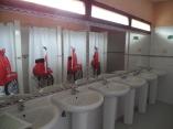 Habitaciones de 6, 8, 12, 14, 16, 18 y 20 plazas. Aseos  completos con agua caliente diferenciados por sexos y                      servicios acondicionados para personas con discapacidad.